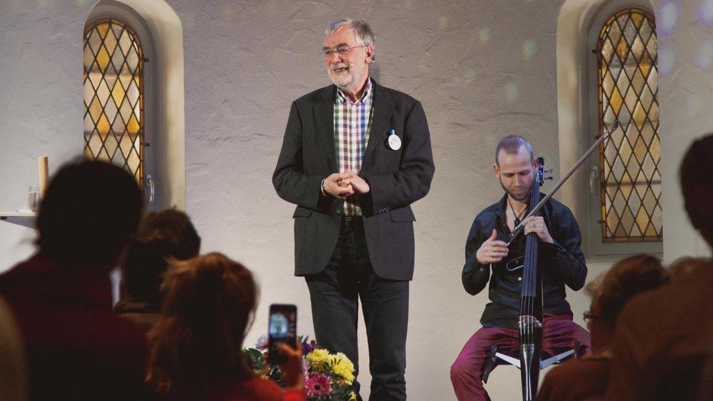 Gerald Hüther in der Holzkirche Chemnitz